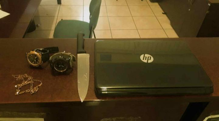 Ao averiguar, os guardas civis confirmaram o furto de um notebook e uma faca de cozinha.