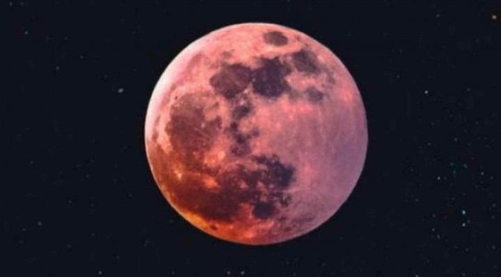 Durante esse período, a Lua fica com um tom avermelhado.