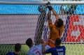 O goleiro eslovaco Dubravka anotou um gol contra grotesco. - JULIO MUNOZ / AFP