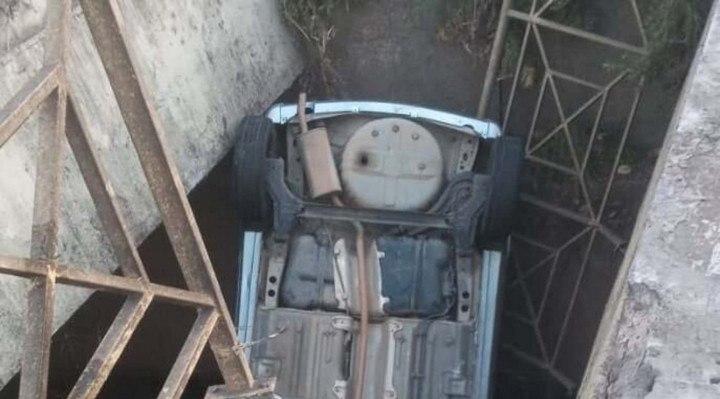 Após cair dentro do córrego, o carro ficou com as rodas para cima