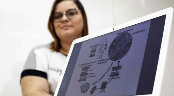 A pesquisadora Juliana Ferreira de Souza desenvolveu um cristal líquido biomimético com potencial para diversas aplicações na indústria farmacêutica